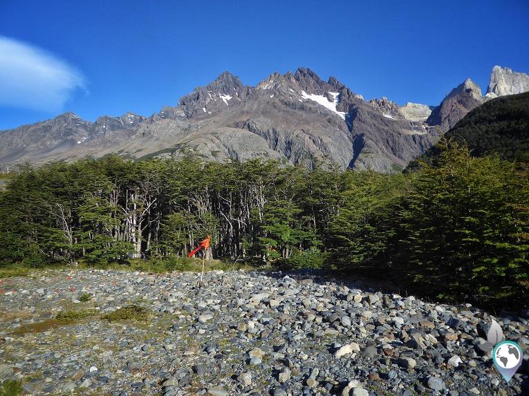 Camp Los Perros liegt versteckt im Wald