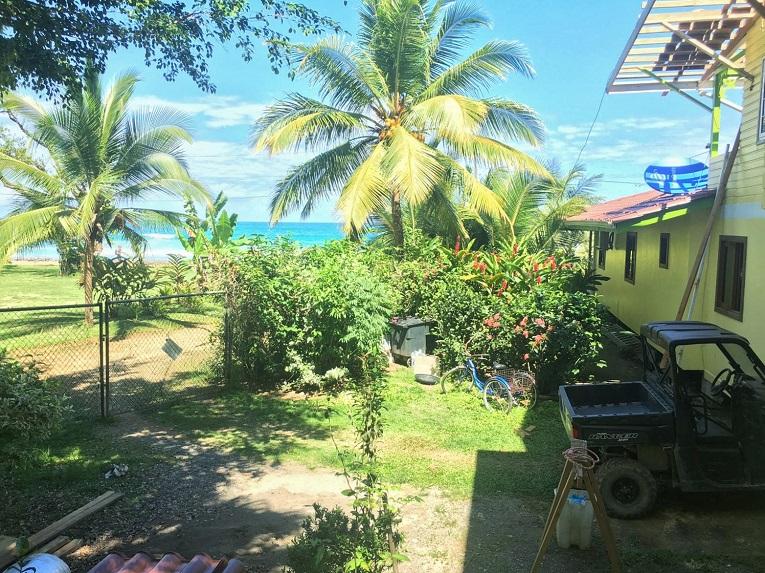 Ein Ferienhaus auf der Isla Colon in Bocas del Toro mit Blick auf das karibische Meer