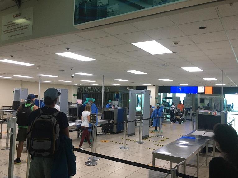 Flughafen Bocas del Toro in Panama. Abstand und Schutzmasken in Corona- Zeiten