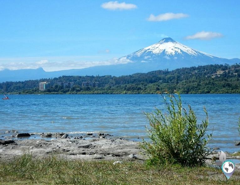 Von der Stadt Villarrica aus, hat man einen sehr guten Blick auf den Vulkan Villarrica in Chile; www.schmetterlinga.de